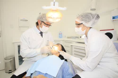 Paciente realizando o clareamento dental no Grupo Lien
