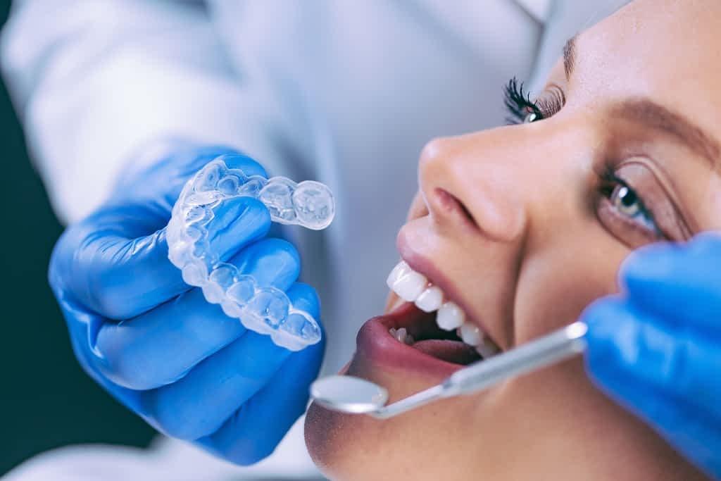 dentista experimentando o invisalign na paciente